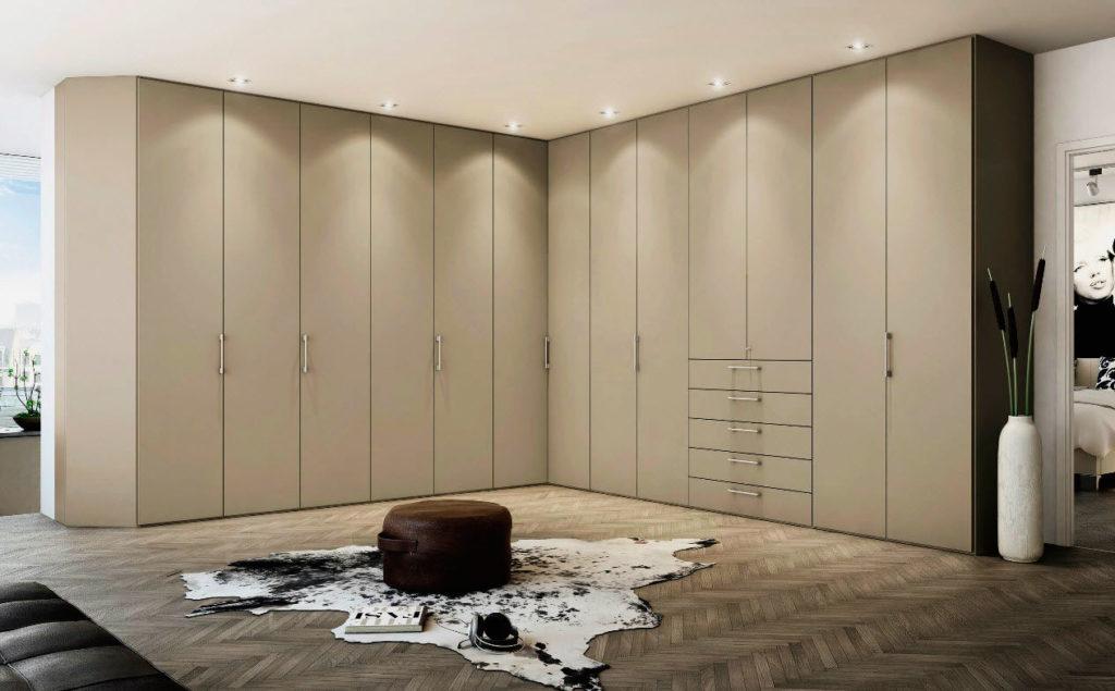 Фото большого гардеробного шкафа с подсветкой в потолке
