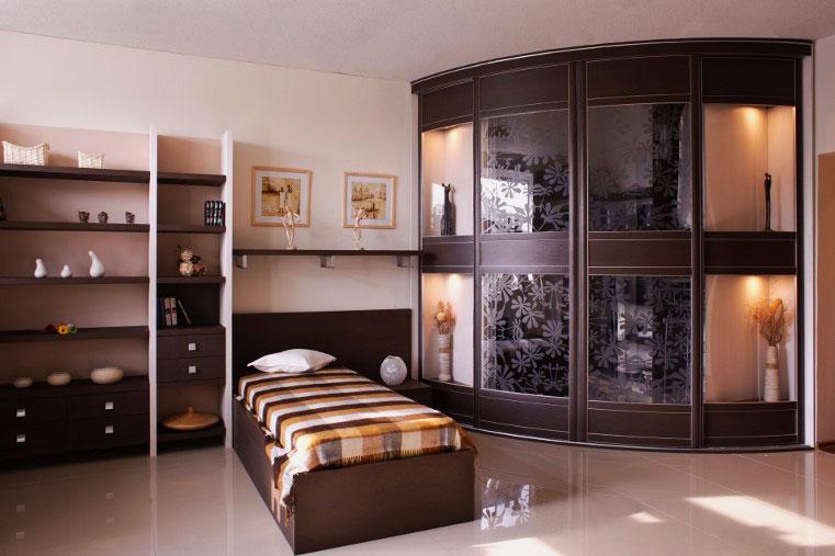Радиусный угловой шкаф с раздвижными стеклянными дверьми