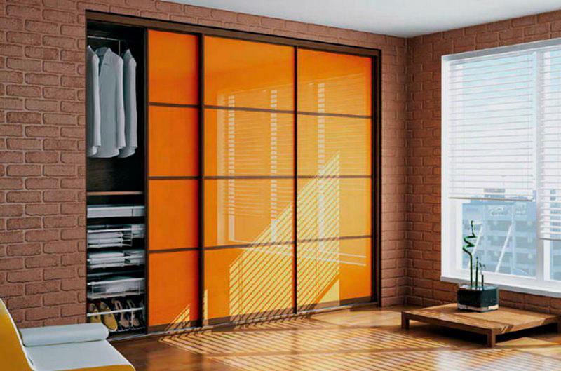 Шкаф купе для одежды со стеклянными цветными фасадами