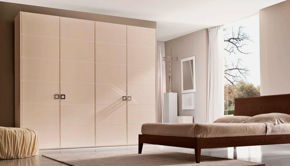 Большой шкаф в интерьере спальной комнаты