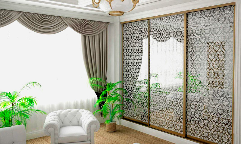 Интерьер гостиной со встроенным шкафом купе со стеклянными дверьми