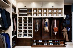 Фото большого обувного шкафа в интерьере прихожей