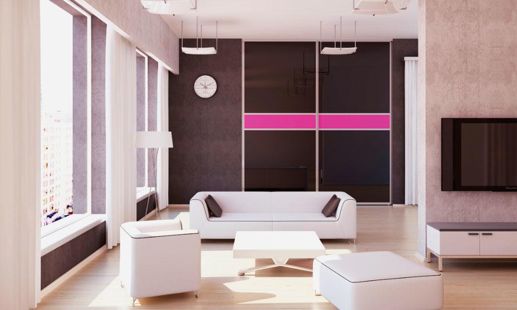 Шкаф купе со стеклянными фасадами в интерьере современной гостиной