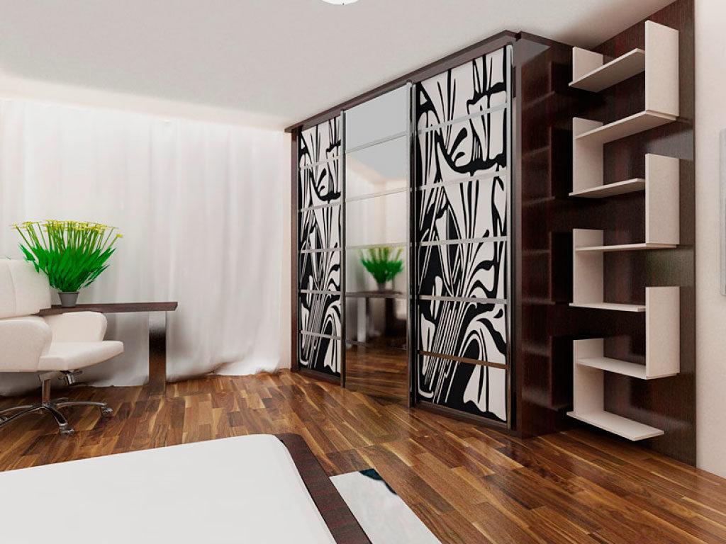 Стильный шкаф купе с боковой приставкой в виде полочек на стене