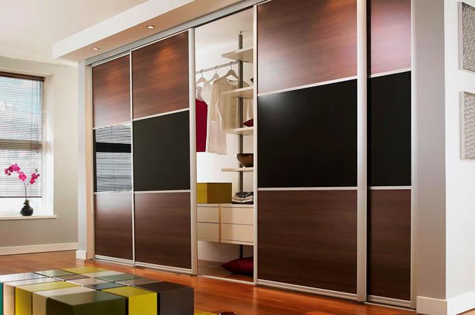 Фото шкафа с раздвижной системой дверей и подсветкой