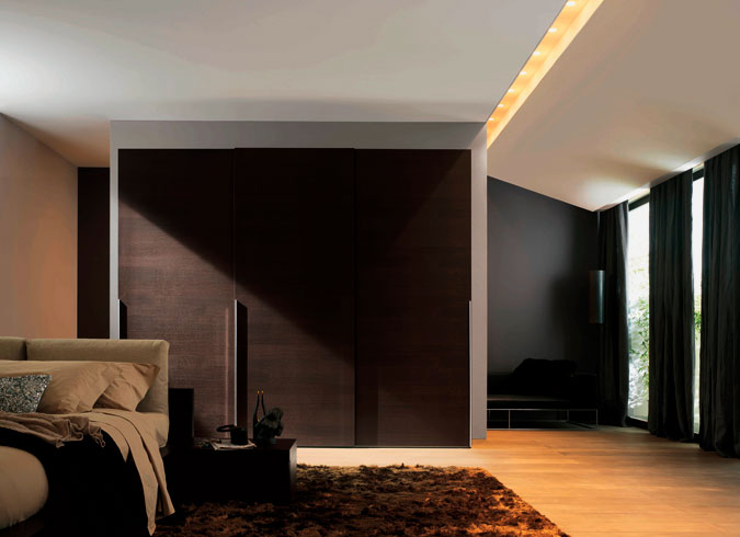 Интерьер комнаты со шкафом купе в стиле хай тек