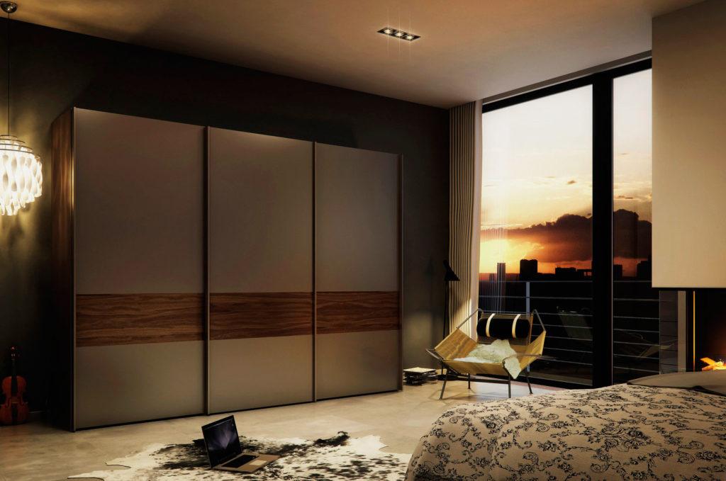 Трехстворчатый шкаф с раздвижными дверьми в спальной