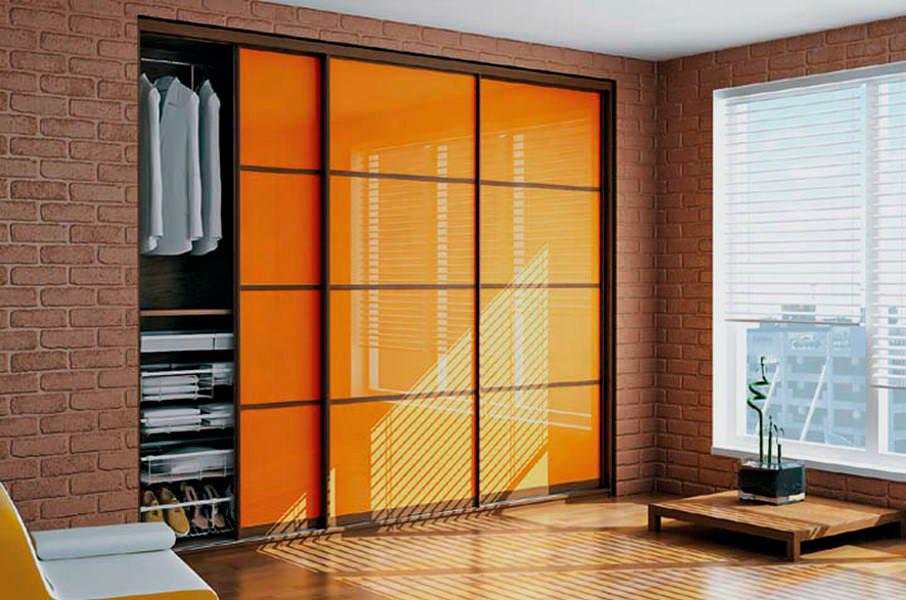 Шкаф купе с рыжими стеклянными фасадами