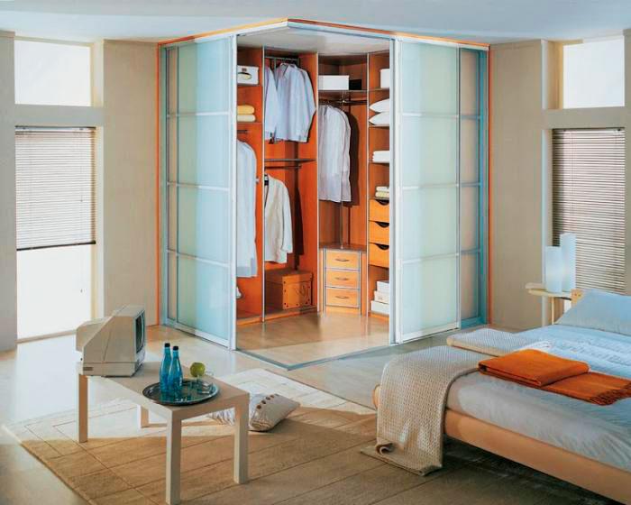 Угловая гардеробная в спальной комнате