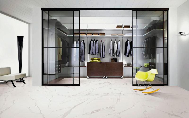 Встроенная гардеробная со стеклянными раздвижными дверьми