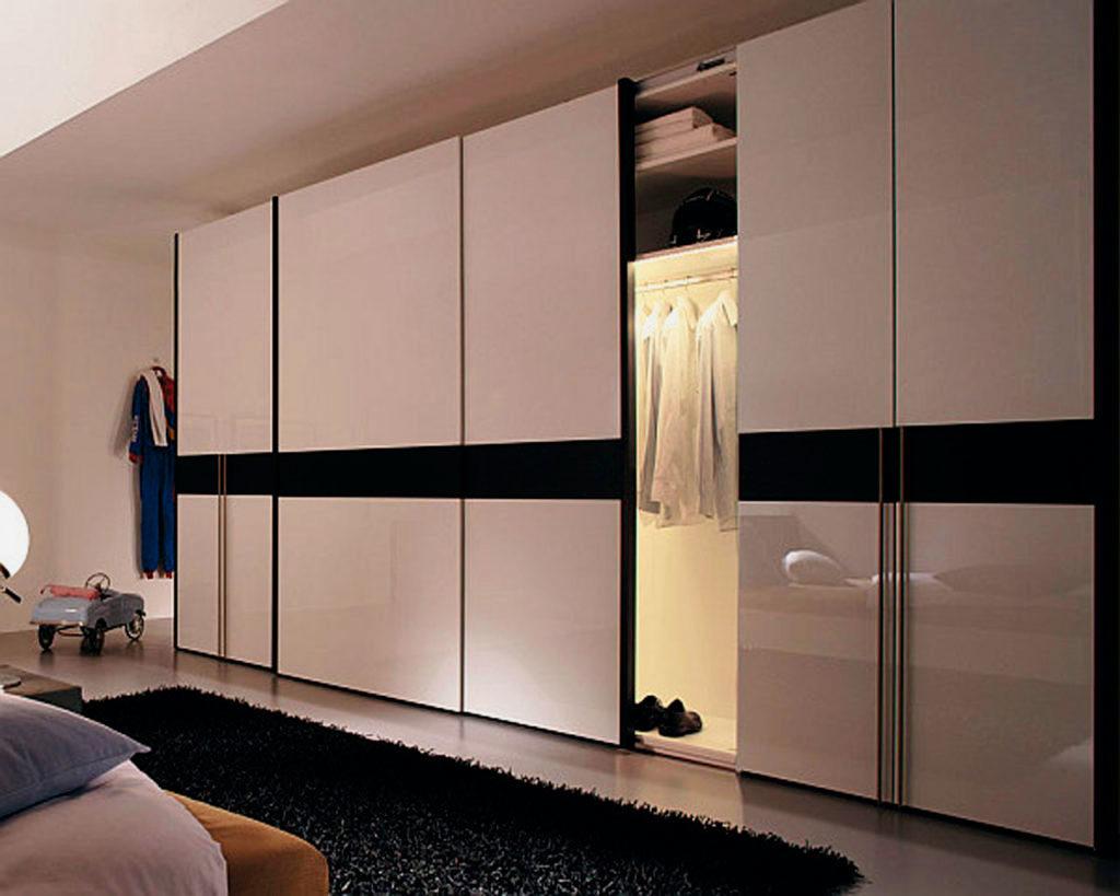 Фото гардеробной с раздвижными дверьми в спальной комнате
