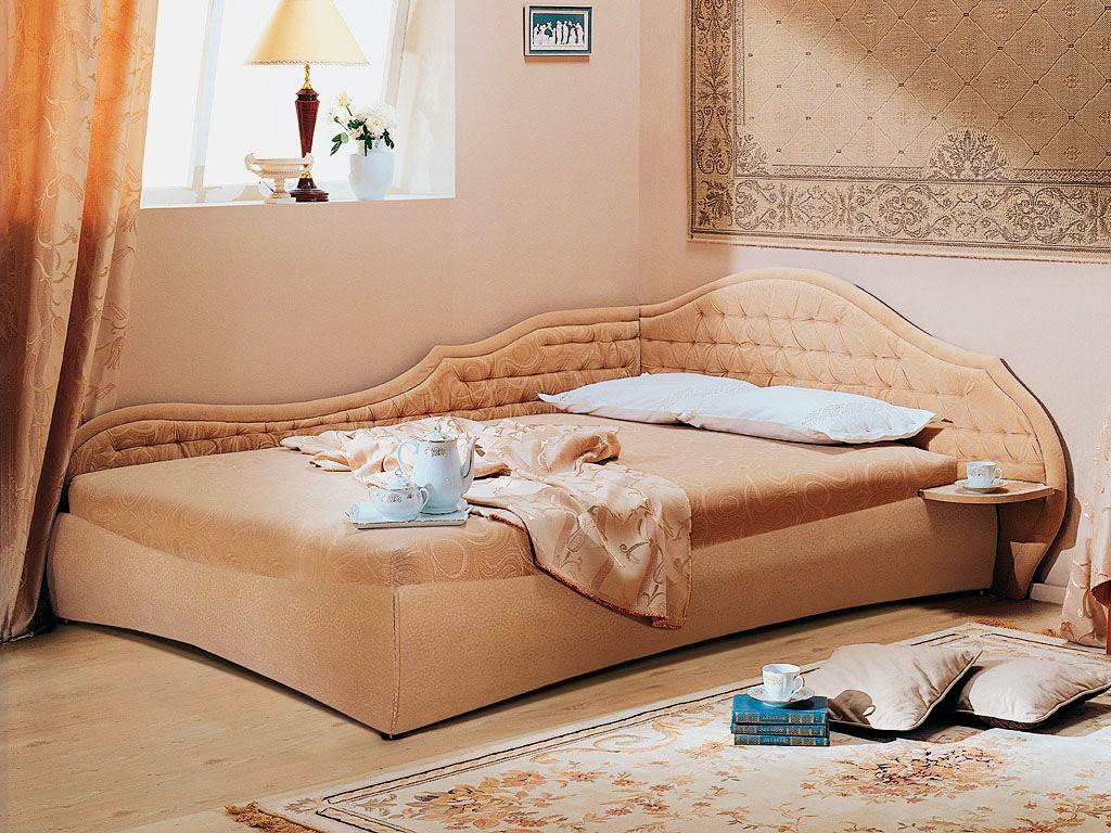 Кровать с угловым изголовьем в классическом стиле