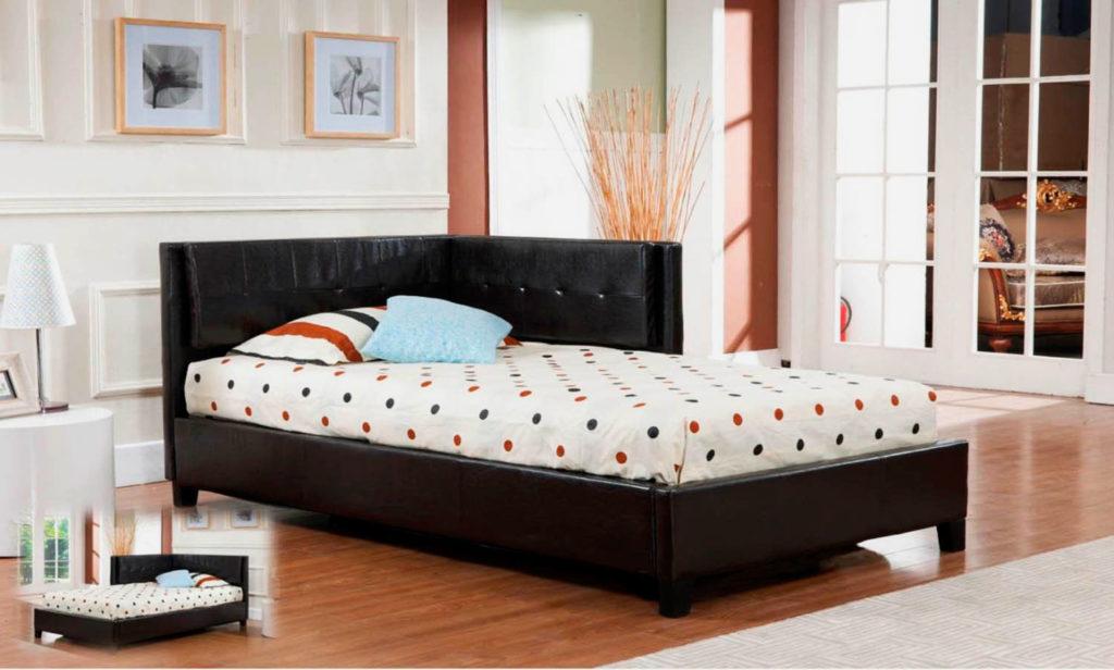 Мягкая кожаная кровать с угловым изголовьем в интерьере