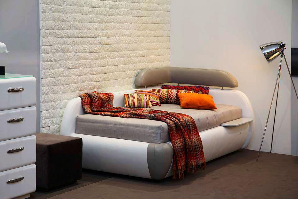 Кровать с угловой спинкой и встроенным прикроватным столиком