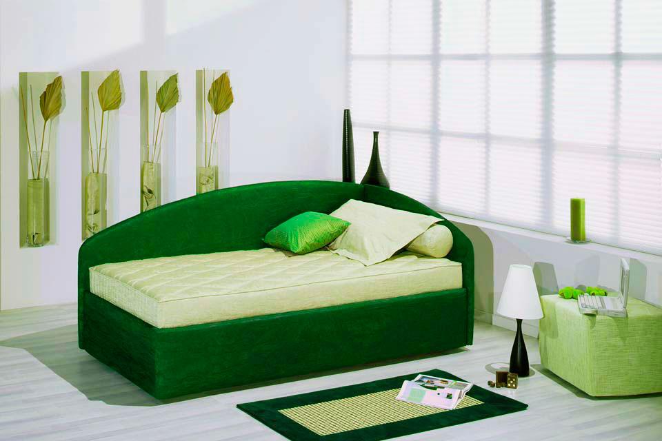 Кровать с угловой спинкой в центре комнаты