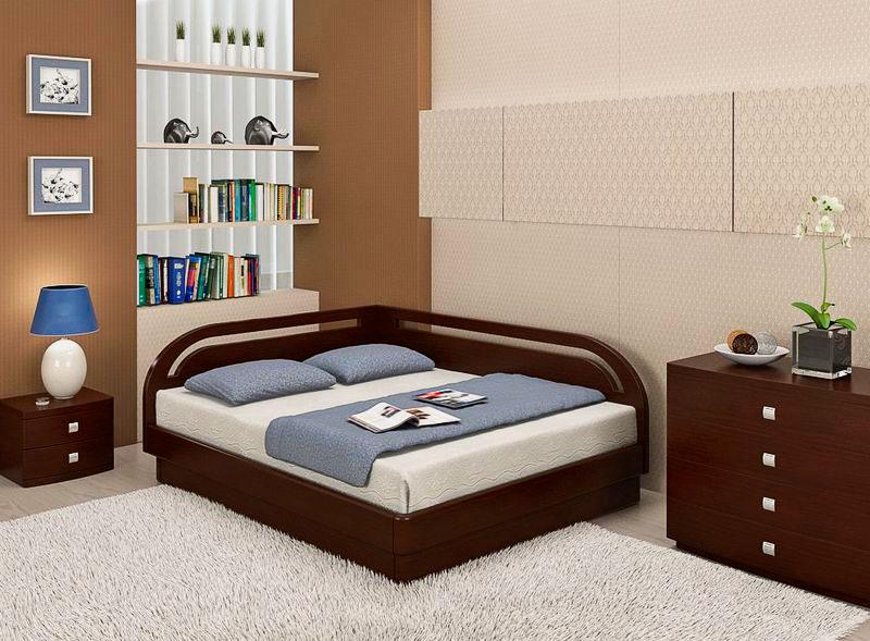 Двуспальная угловая кровать в спальне