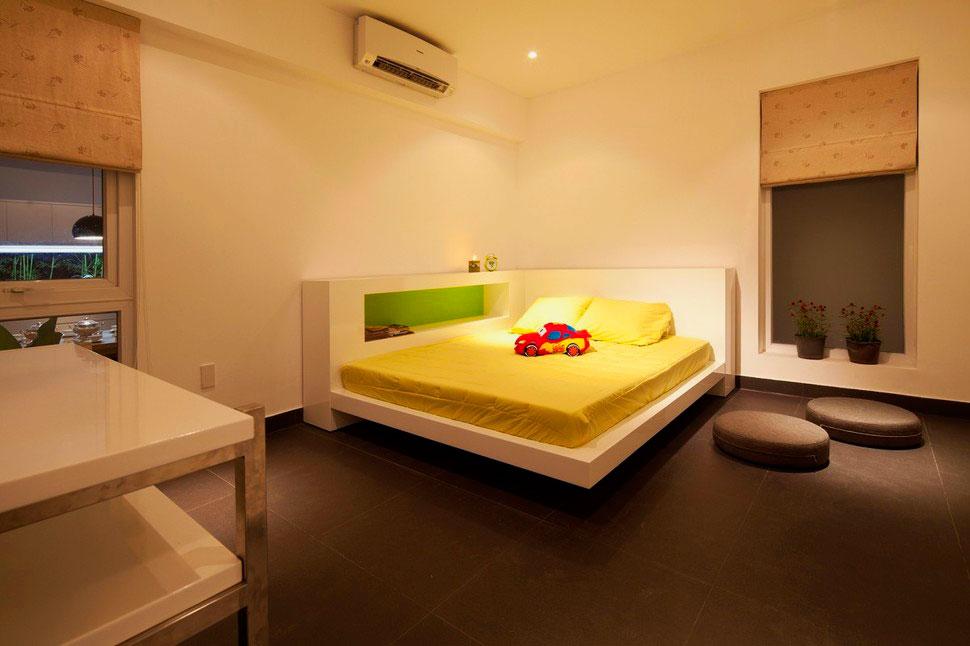 Интерьер комнаты с угловой кроватью