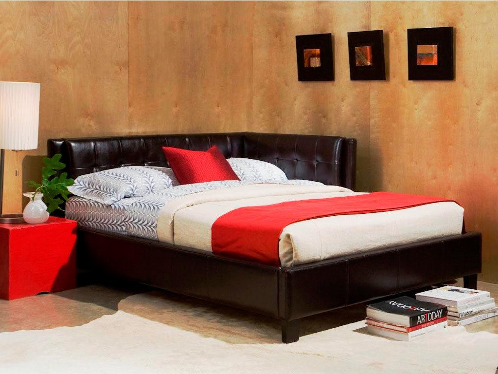 Кожаная угловая кровать в спальной комнате