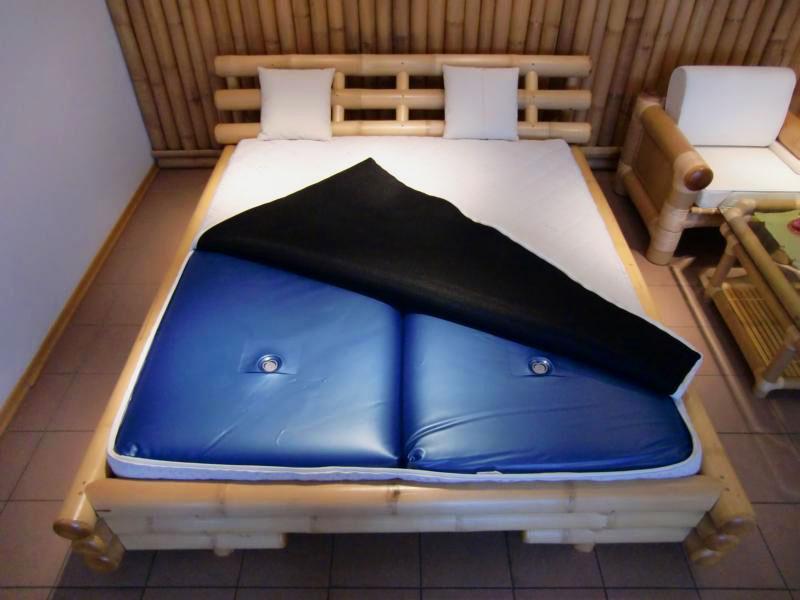 Деревянная двухспальная кровать с двухсекционным водяным матрасом