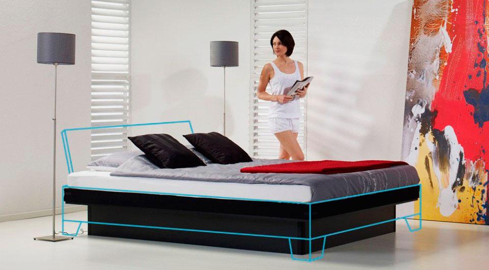 Кровать с водяным матрасом в интерьере спальной комнаты