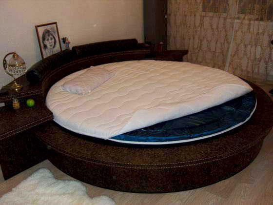Круглая кровать с водяным матрасом