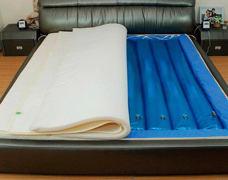 Многосекционный водяной матрас в кровати