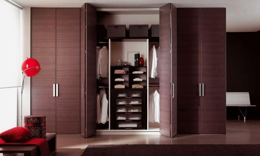 Фото шкафа со складной системой дверей