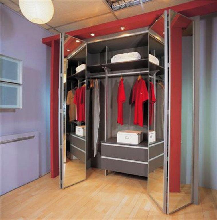 Шкаф со складными зеркальными фасадами