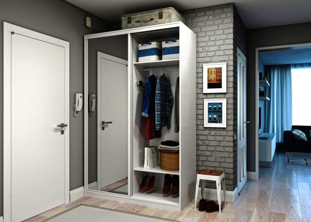 Шкаф купе у входной двери в прихожей квартиры