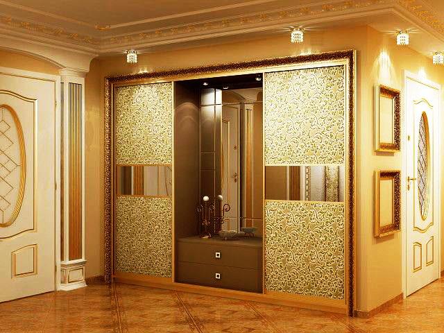 Встроенный шкаф купе со стеклянными дверьми в интерьере прихожей