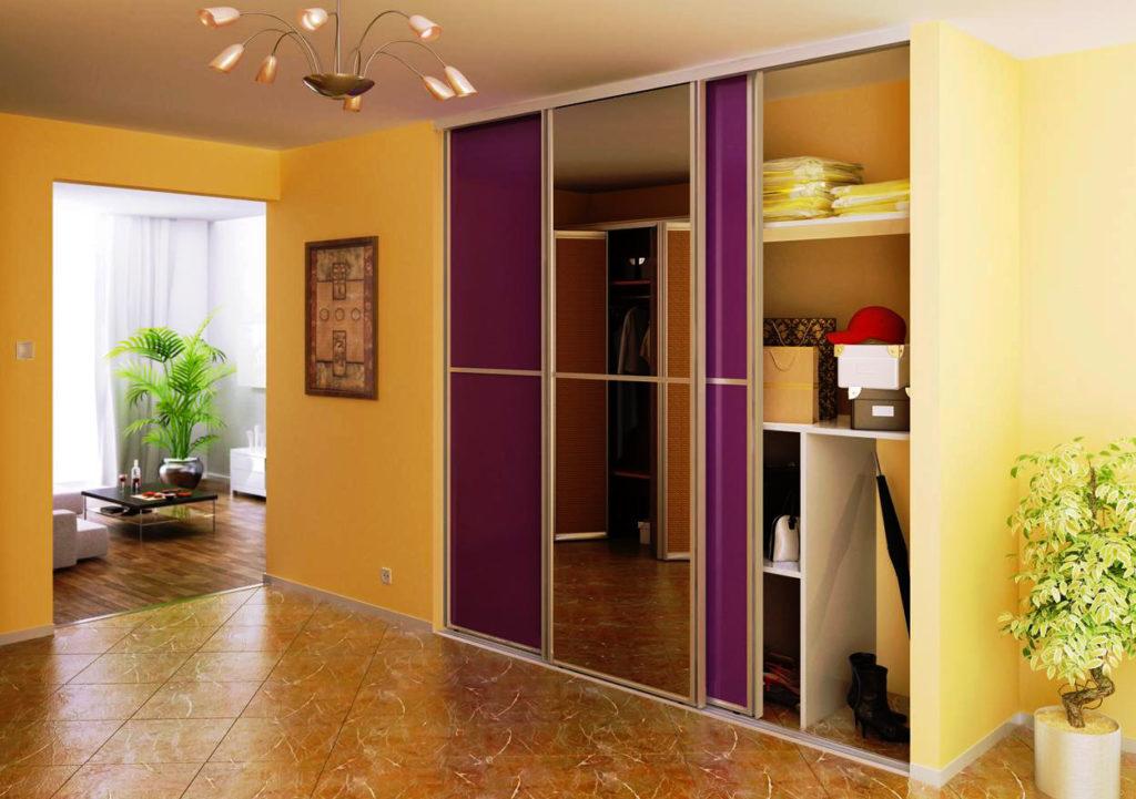 Фото встроенного шкафа с раздвижными зеркальными дверьми в прихожей