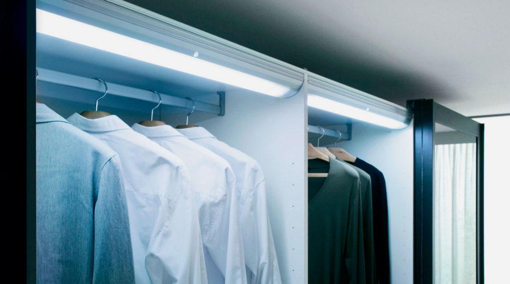 Люминесцентные лампы внутри шкафа для одежды