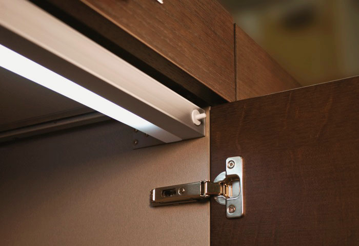 Фото светильника внутри шкафа с автоматическим включением при открытии двери