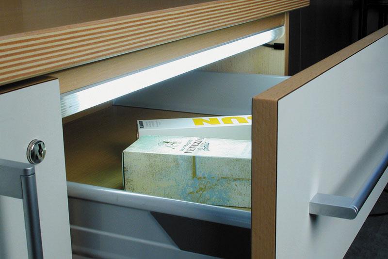 Люминесцентное освещения внутри выдвижного ящика
