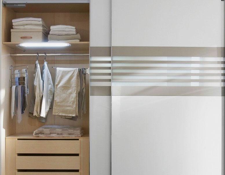 Шкаф купе со светильником внутри