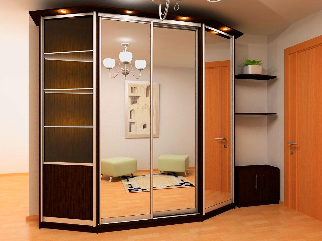 Ромбовидный шкаф с раздвижными дверьми с зеркальными фасадами в интерьере прихожей