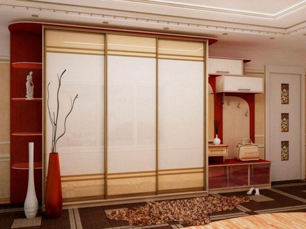Шкаф купе со стеклянными фасадами дверей в интерьере прихожей