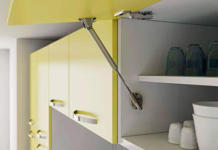 Фото подвесного кухонного шкафа с подъёмной системой открытия