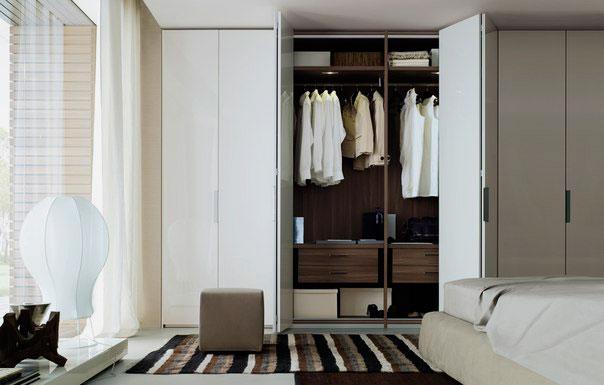 Шкаф со складными дверцами в интерьере спальной