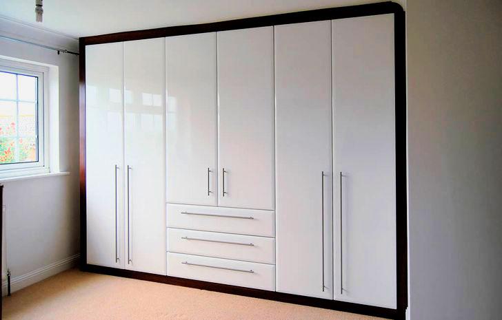 Фото шкафа с распашными дверьми в альковной нише