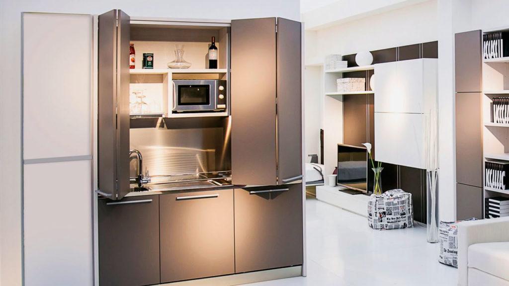 Складные двери на кухонном гарнитуре скрывающие мойку