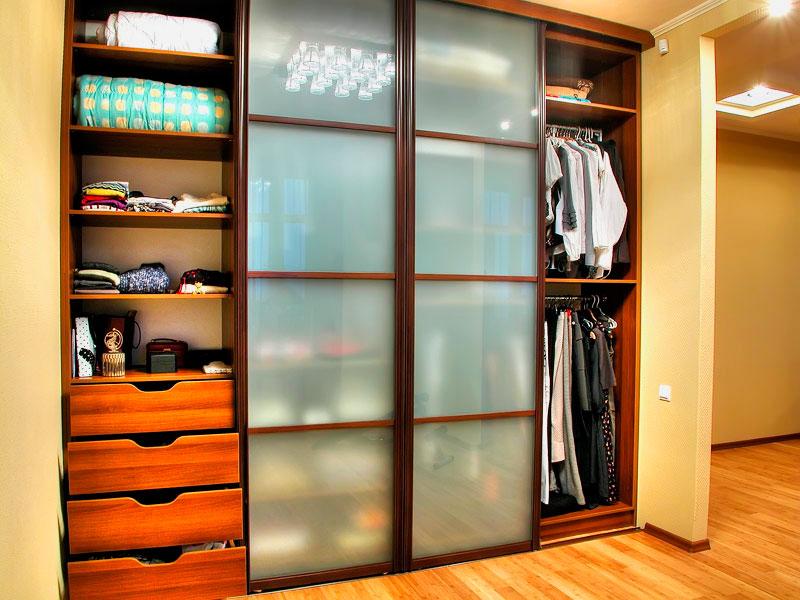 Фото гардеробной со стеклянными фасадами дверей