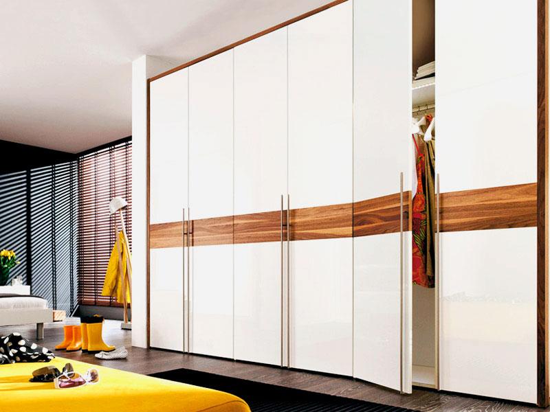 Фото большого многосекционного шкафа с распашными дверьми