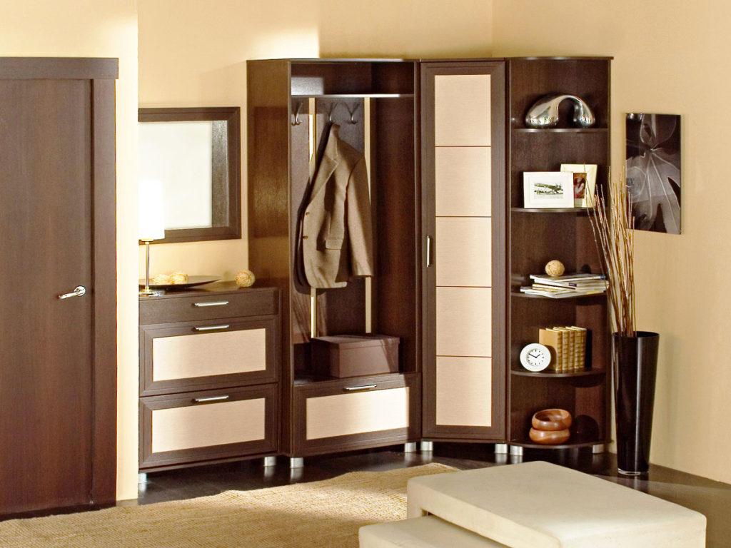 Угловой шкаф для прихожей с распашной системой открытия дверей