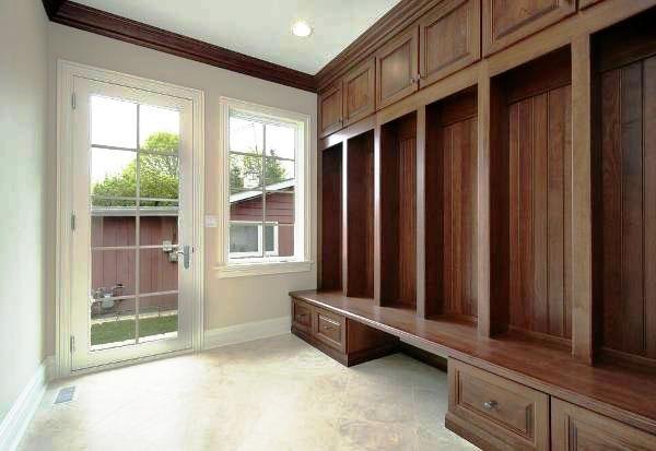 интерьер прихожей со встроенным шкафом открытого типа