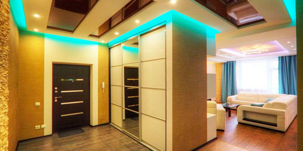 Встроенный шкаф купе в интерьере прихожей квартиры студии