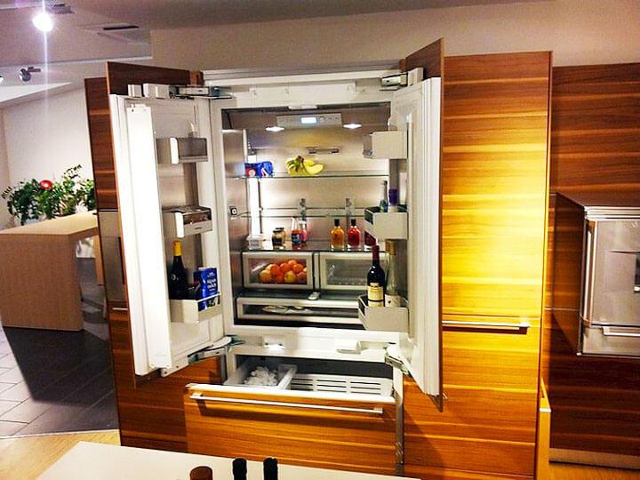 Фото двух дверного холодильника встроенного в кухонный гарнитур