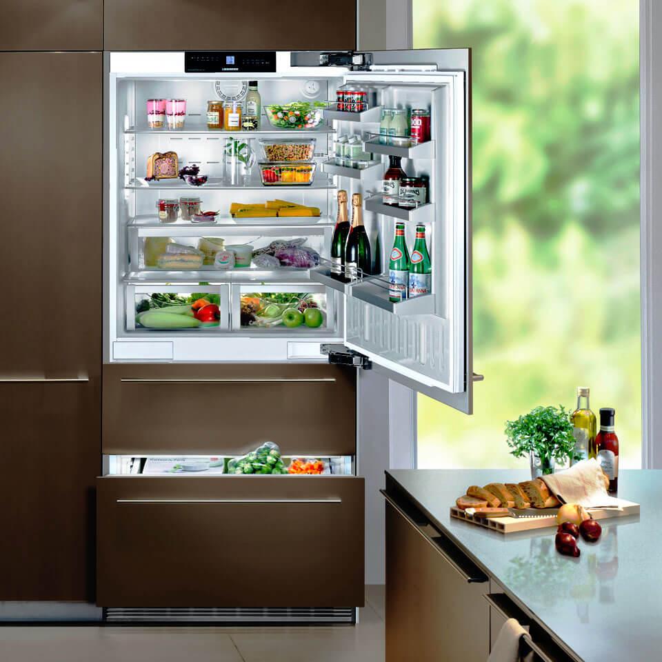 Фото кухонного шкафа со встроенным холодильником с вентилируемым основанием