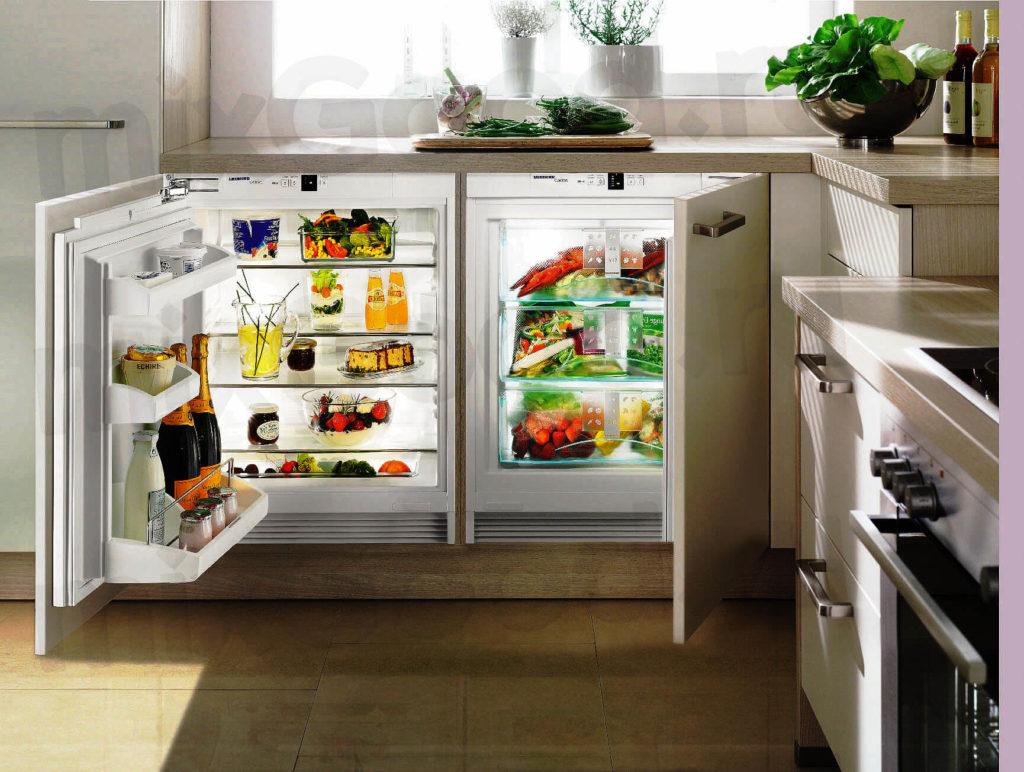 Два маленьких холодильника в фригобаре в нижней тумбе кухонного гарнитура