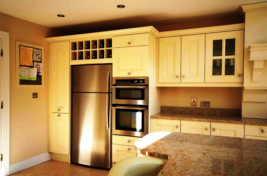 Фото обычного холодильника встроенного в кухонный гарнитур